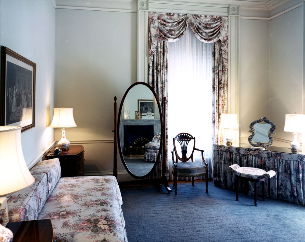 Kn c16122 queens 39 sitting room white house john f kennedy presidential library museum - White sitting rooms ...