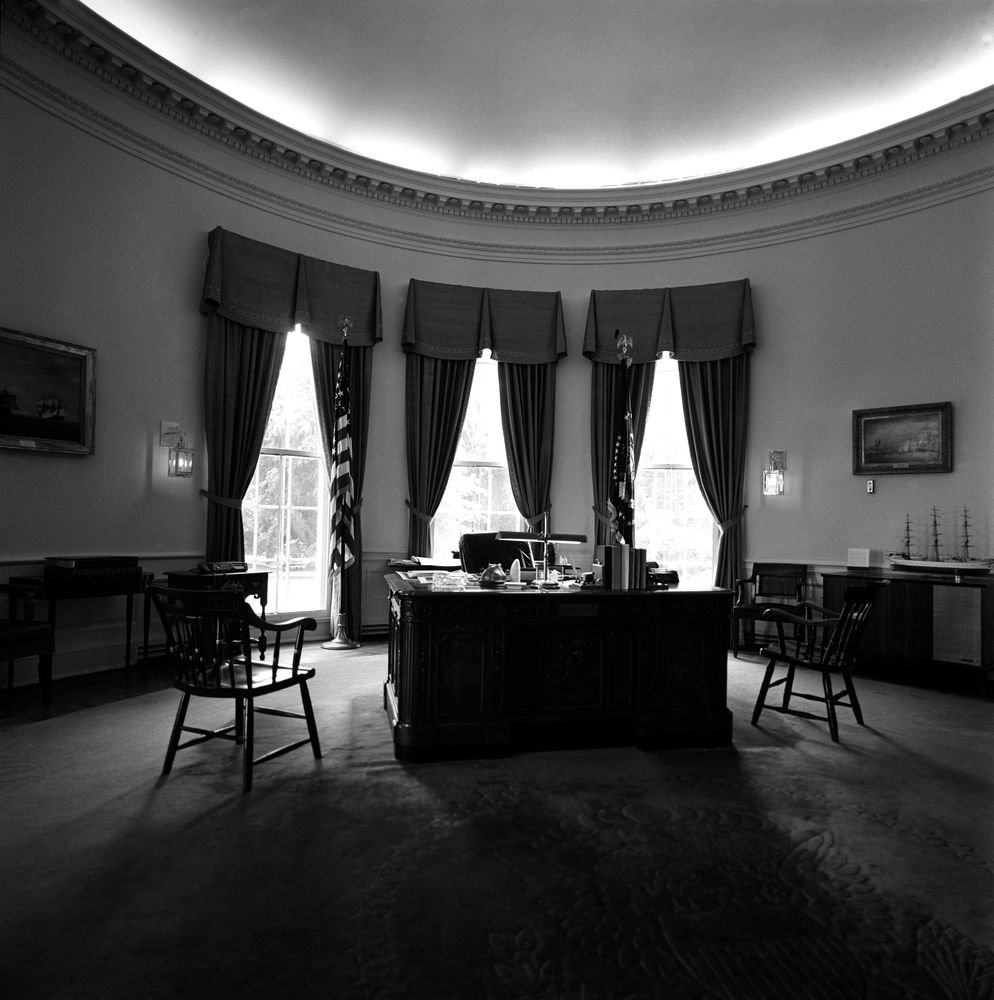 White house correspondents 39 gift lamps to president - Jfk oval office desk ...