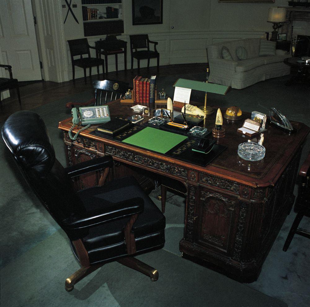Oval office desk john f kennedy presidential library museum - Jfk desk oval office ...