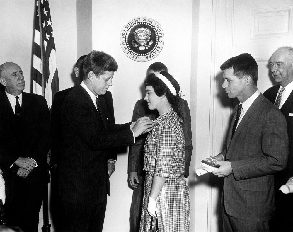 ar b president john f kennedy presents young american medal ar6451 b president john f kennedy presents young american medal for bravery to shirley s o neill