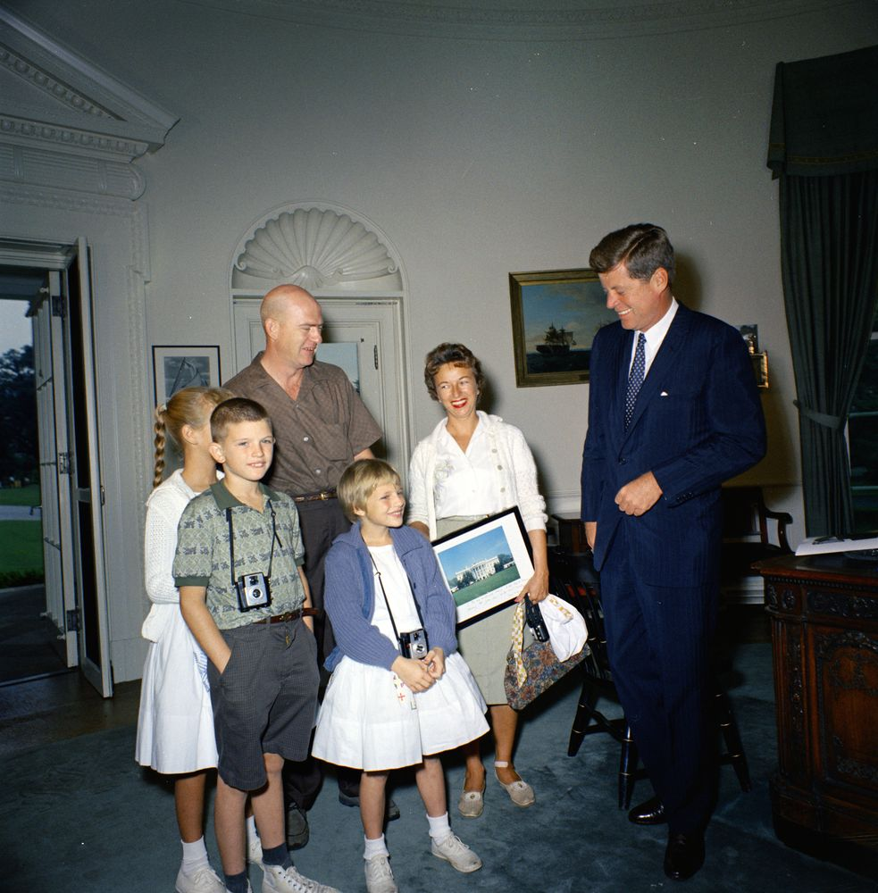 kn c18650 president john f kennedy meets one millionth white president john f kennedy meets one millionth white house or for 1961