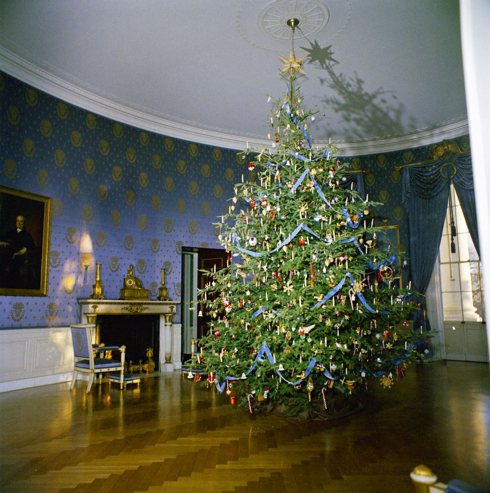 Kn c19727 christmas tree in blue room of white house john f
