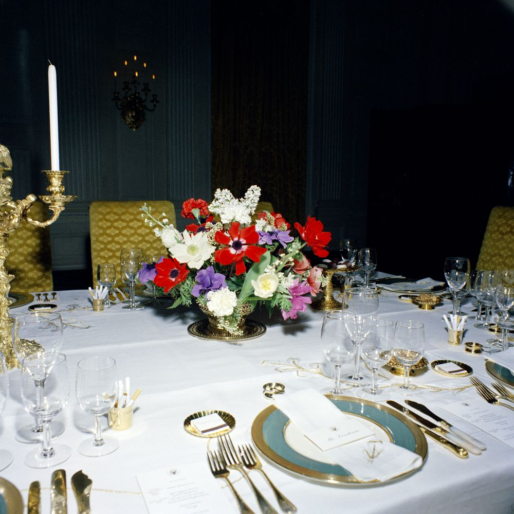 Kn c19905 flower arrangement and table settings in state for Dinner table flower arrangements