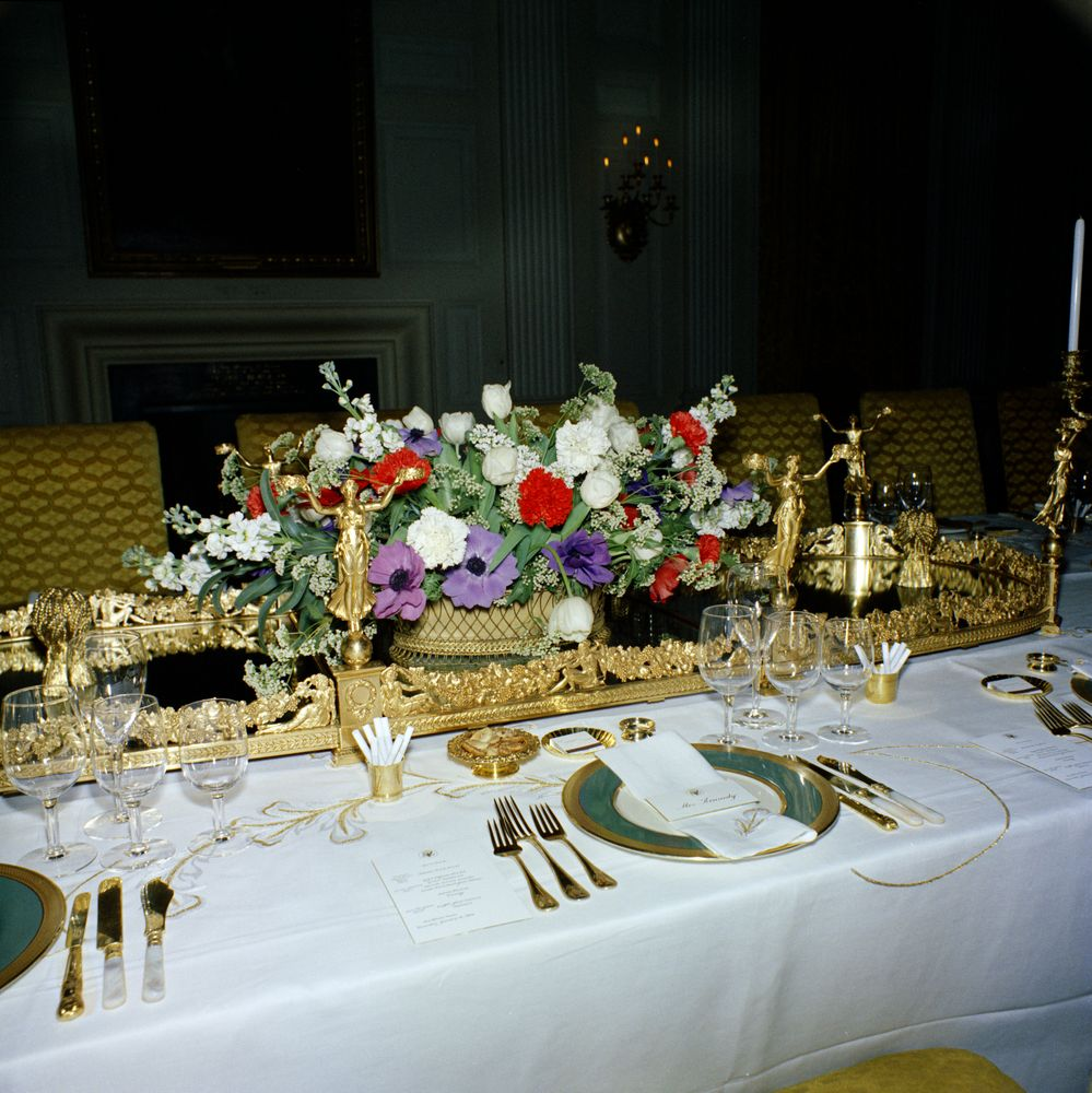 Kn c19911 flower arrangements and table settings in state for Dinner table flower arrangements