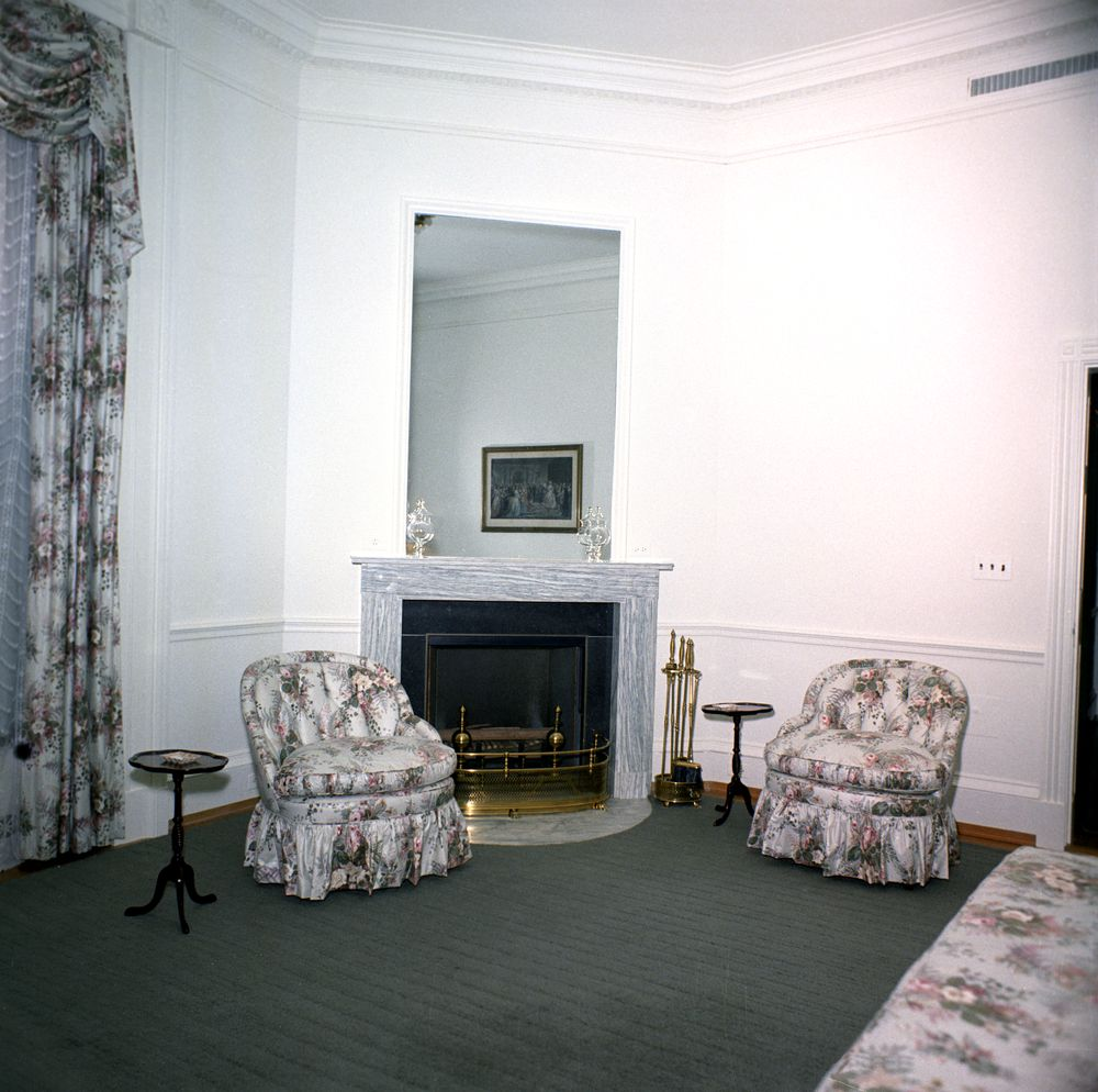 kn c20271 queens 39 sitting room white house john f kennedy presidential library museum. Black Bedroom Furniture Sets. Home Design Ideas