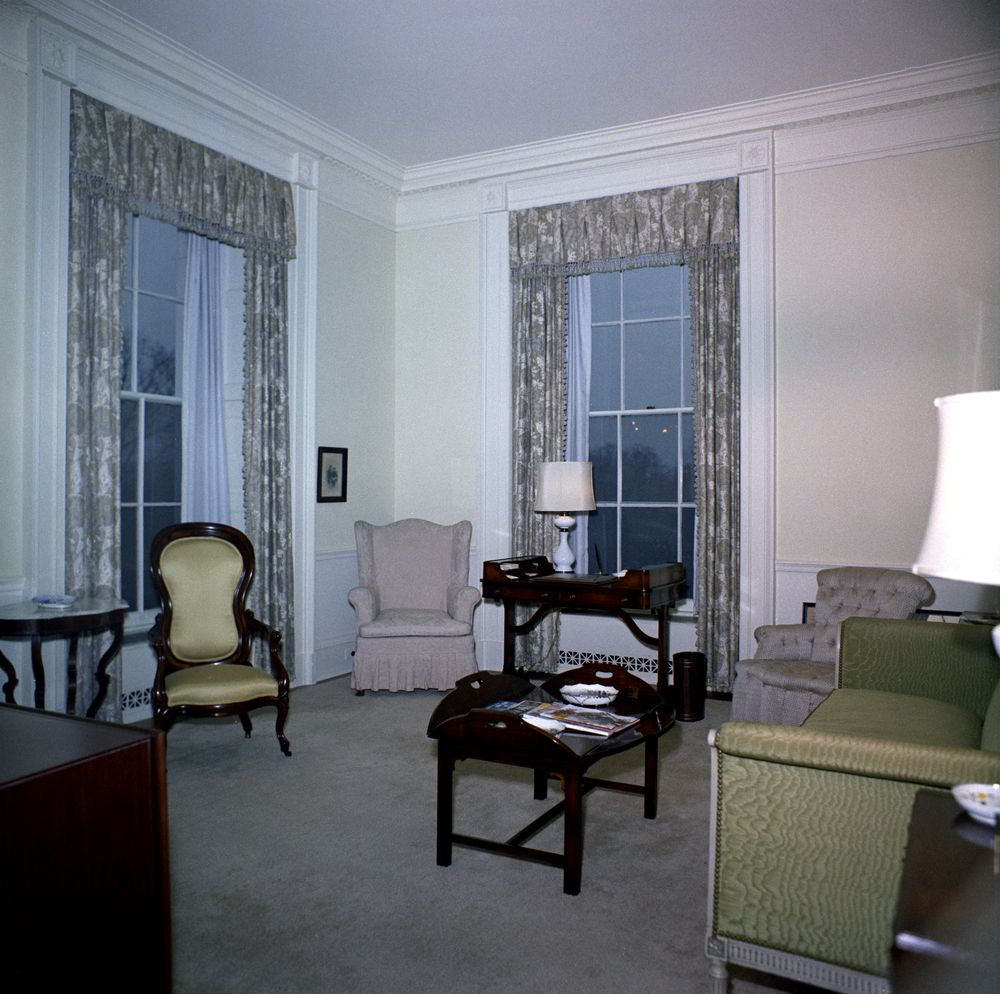 White house rooms lincoln sitting room queens 39 sitting for Lounge sitting room