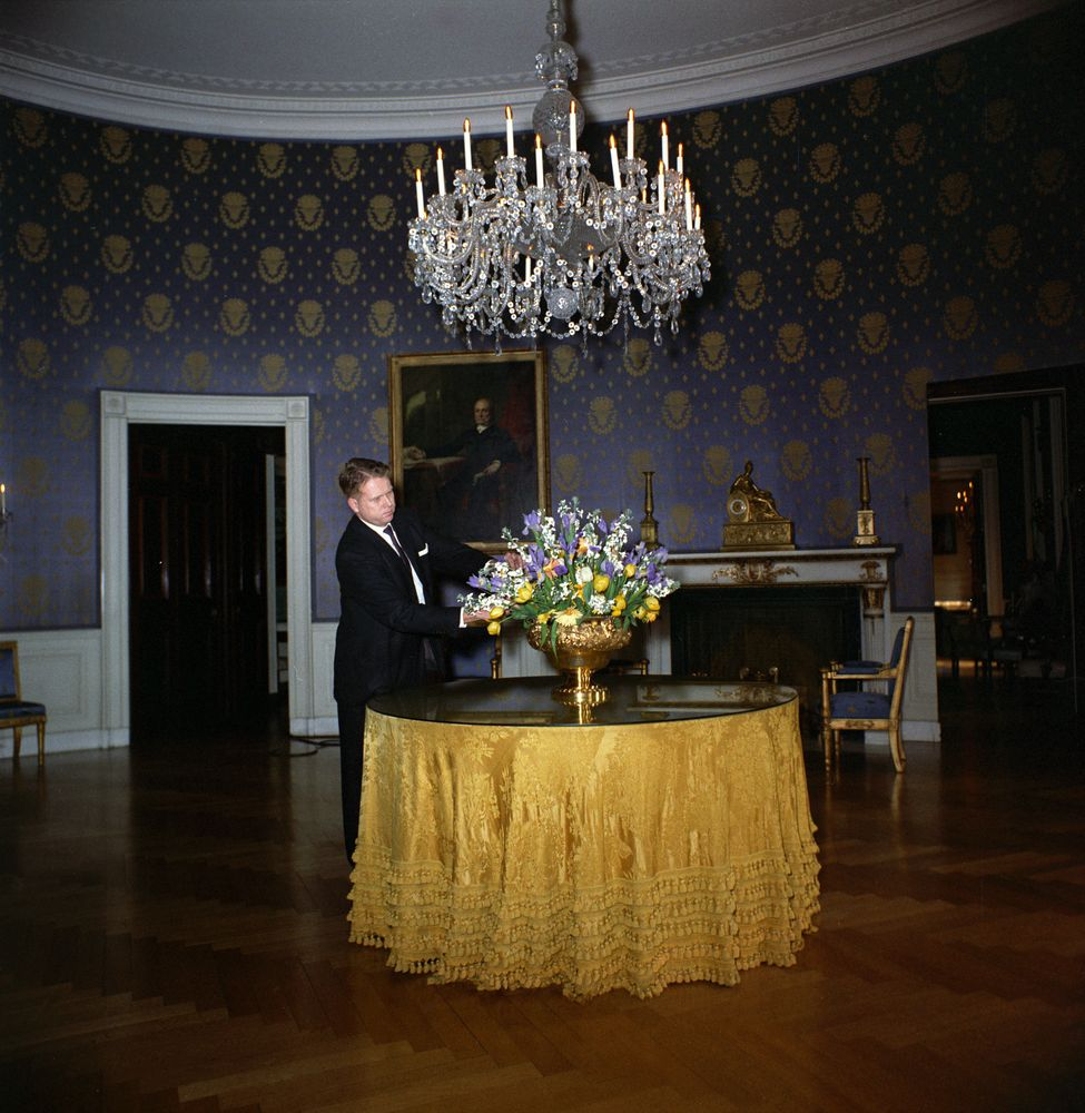 White house rooms blue room floral arrangement john f for The blue room