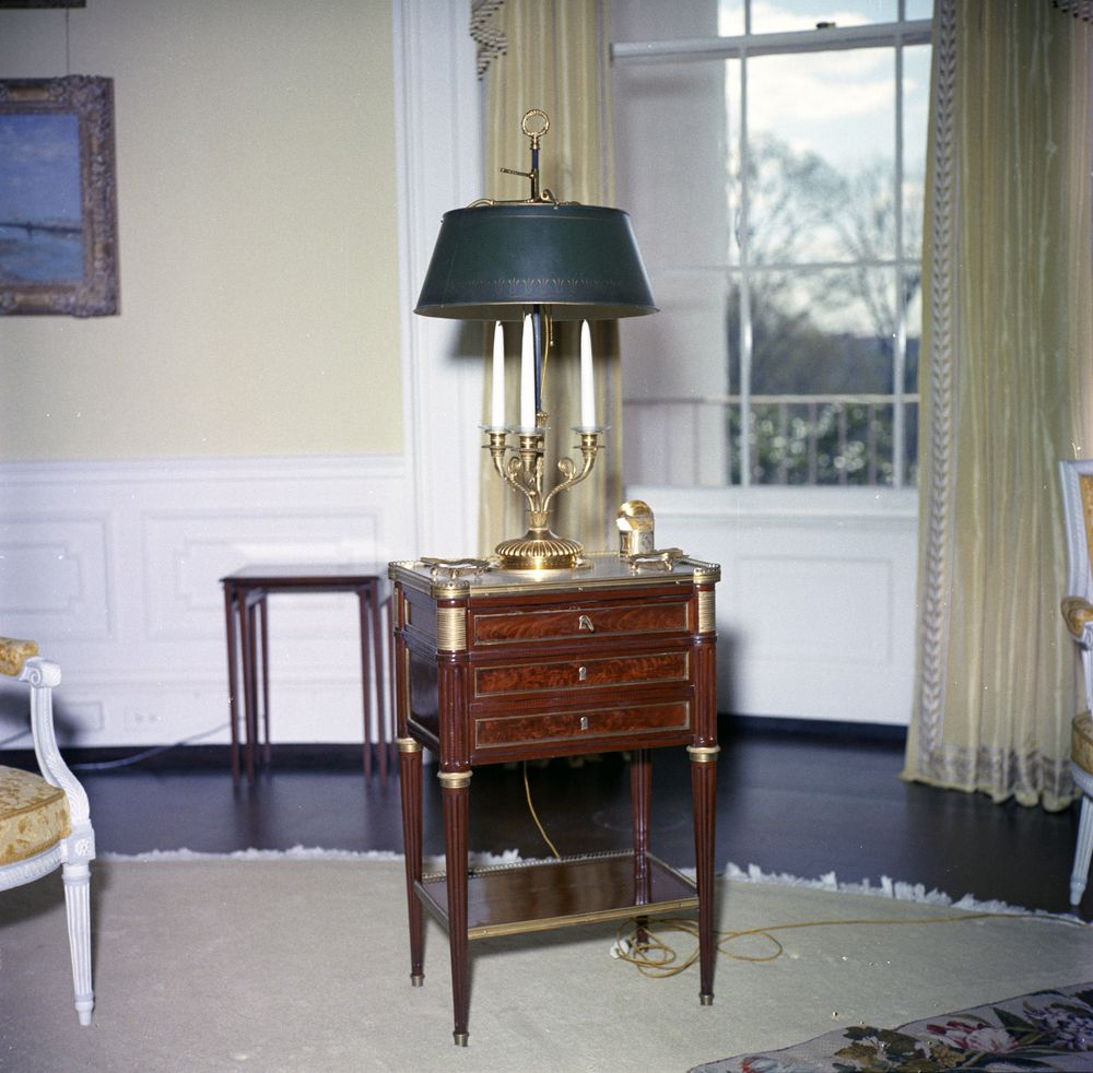 Kn C21031 Table With Lamp In The Yellow Oval Room White