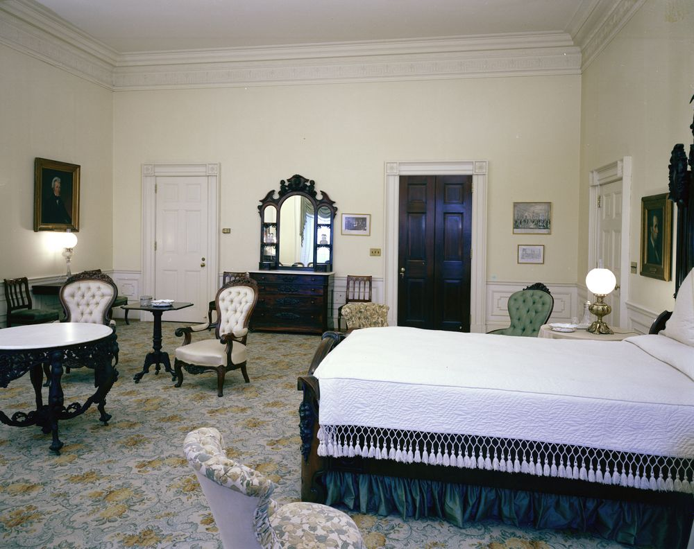 ... Queens' Room, Empire Guest Room - John F. Kennedy Presidential