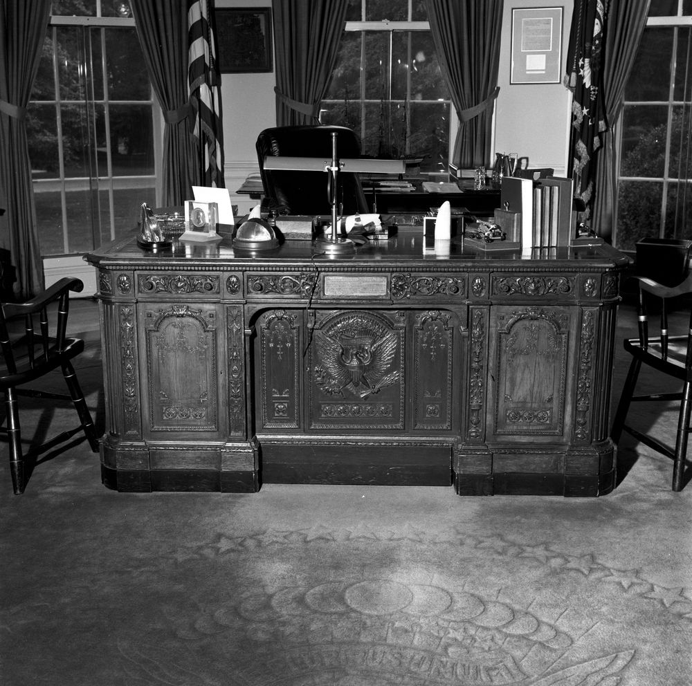 Kn 23056 a president john f kennedy 39 s hms resolute desk in the oval office john f kennedy - Jfk oval office desk ...