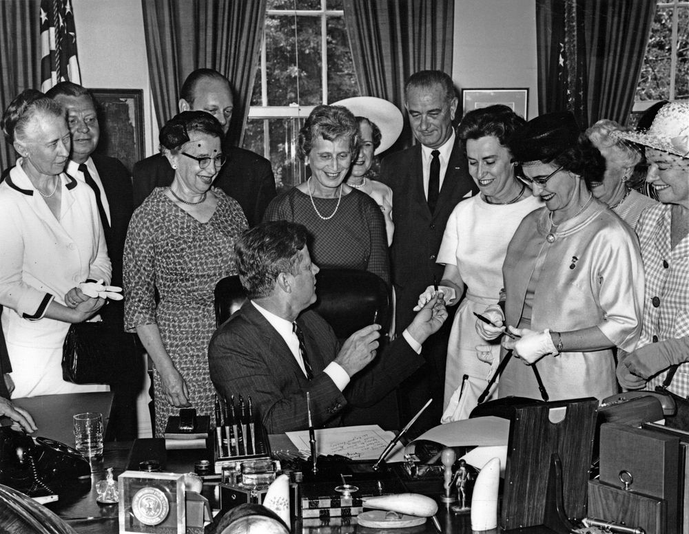 президент Кеннеди подписал акт о запрете половой дискриминации