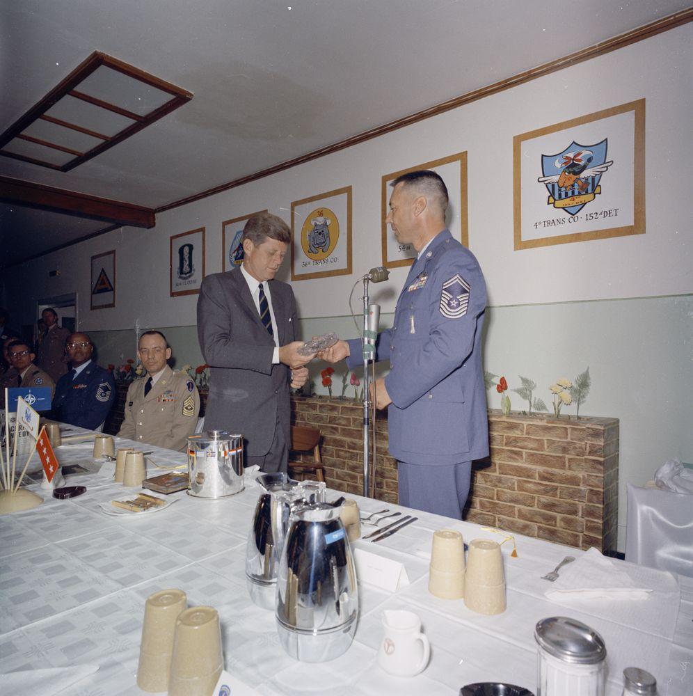 kn c29305 president john f kennedy receives gifts at luncheon at fliegerhorst kaserne in hanau. Black Bedroom Furniture Sets. Home Design Ideas